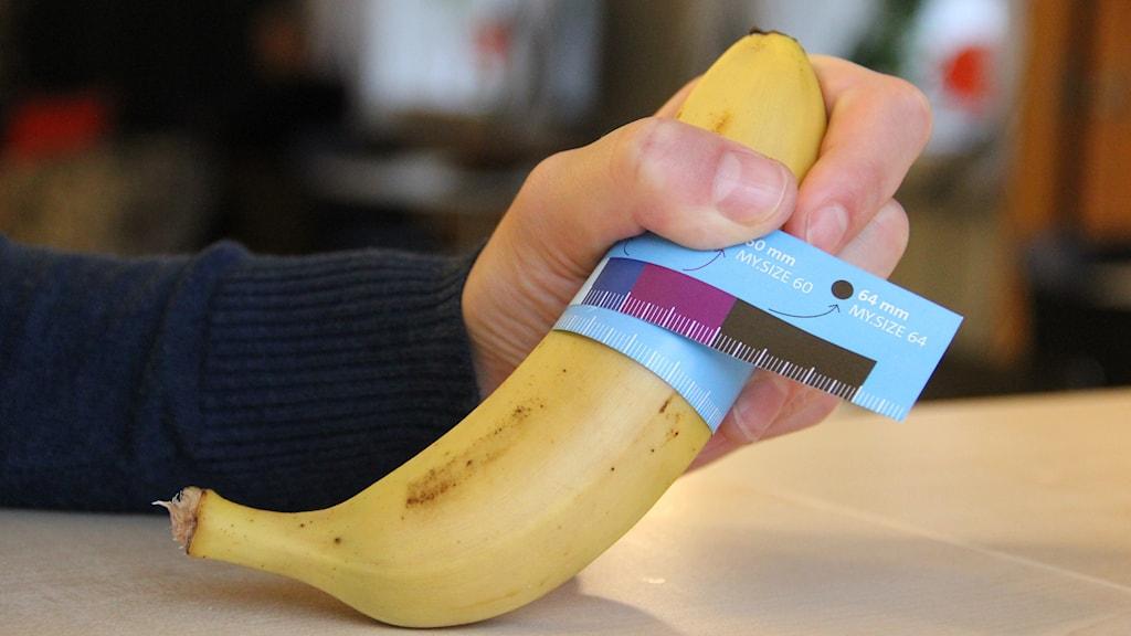 En bild på ett måttband runt en banan