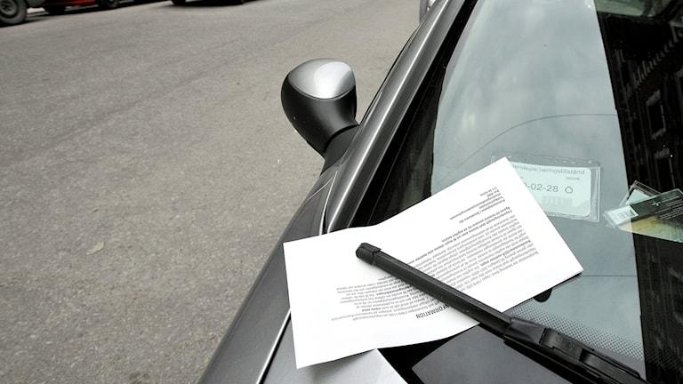 Parkeringsbot på en bils vindruta.