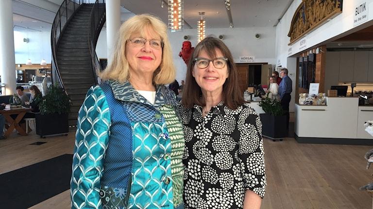 Två kvinnor står i entrehallen på Marinmuseum.