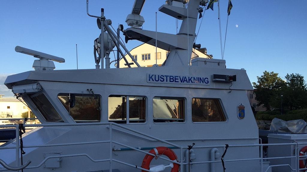 Närbild på en kustbevakningsbåt.