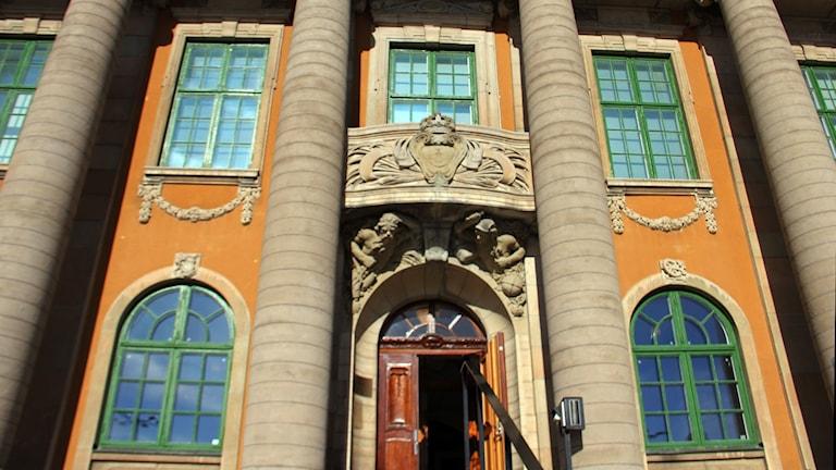 en bild på fasaden av Blekinge Tingsrätt.