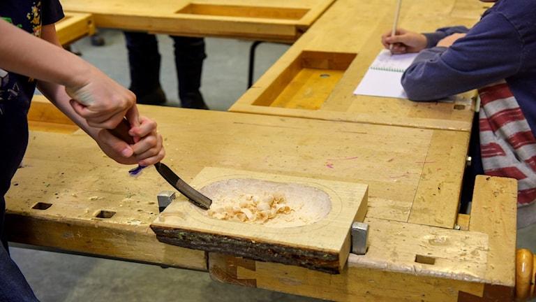 Elever arbetar på en träslöjdslektion.