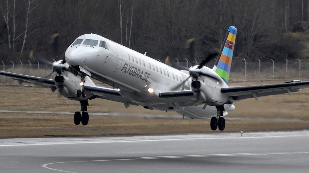 Ett flyg är på väg att lyfta.