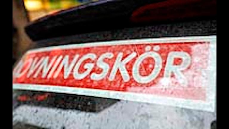 Övningskörningsskylt på en trafikskolebil. Foto: Bertil Ericson/Scanpix
