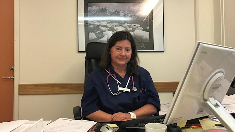 Allmänläkaren Katarzyna Kaczmarczyk sitter vid sitt skrivbord.