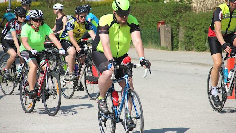Man i giftgrön cykeltröja.