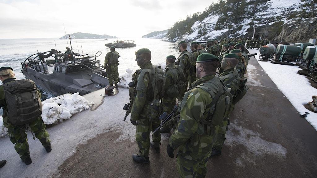 Militärer vid vatten.