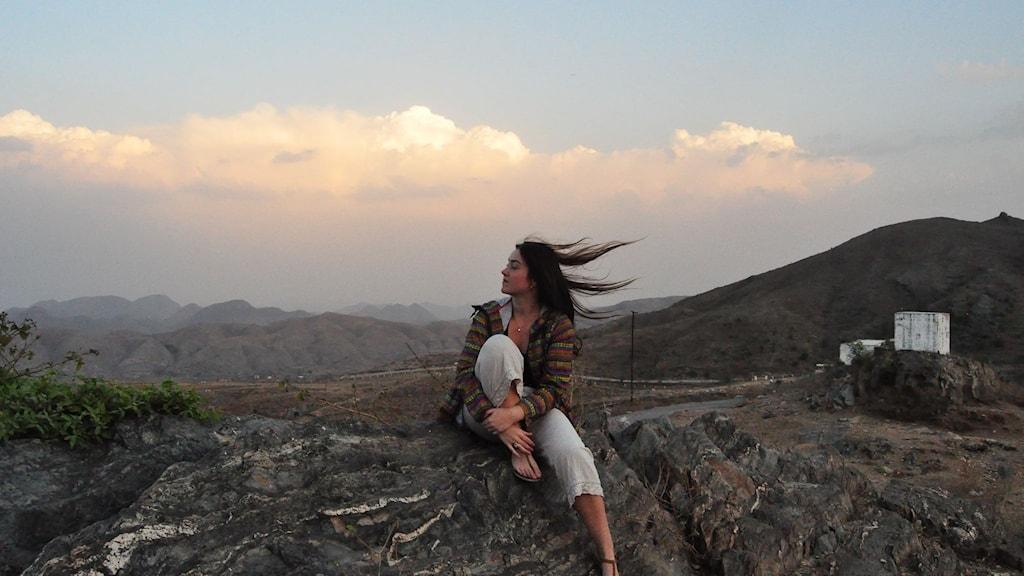 Luciana på en klippa i Indien
