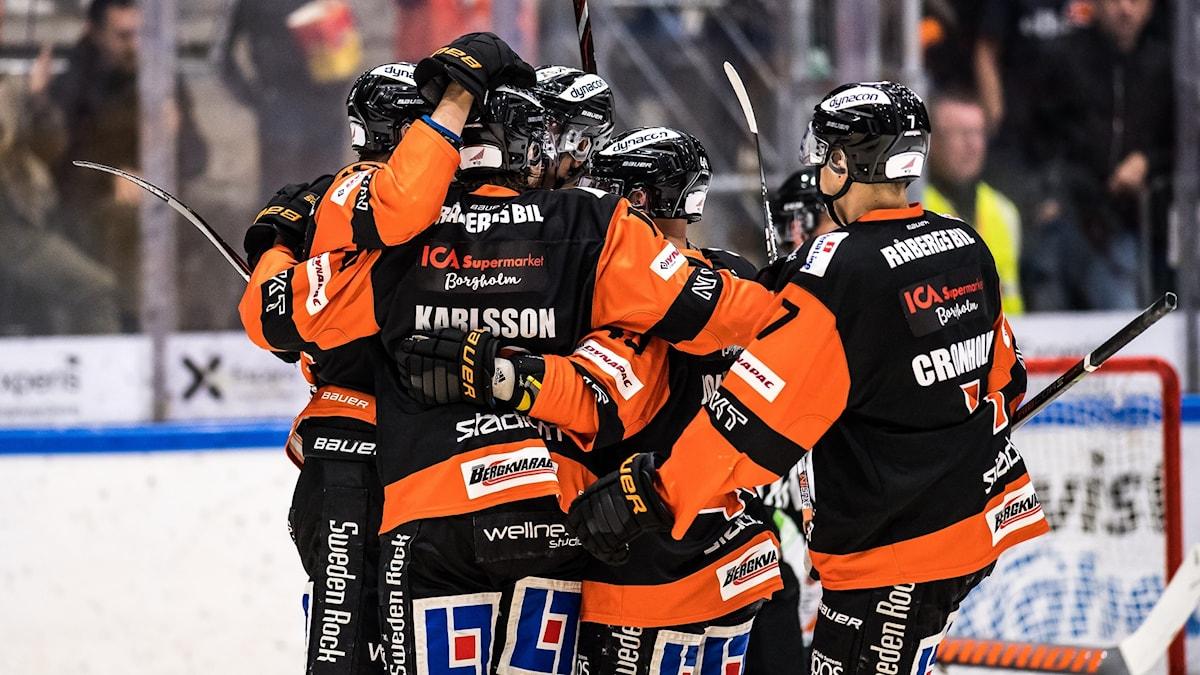 191008 karlskrona jublar efter mål under ishockeymatchen i Hockeyallsvenskan mellan Karlskrona och Kristianstad den 8 oktober 2019 i Karlskrona. KHK