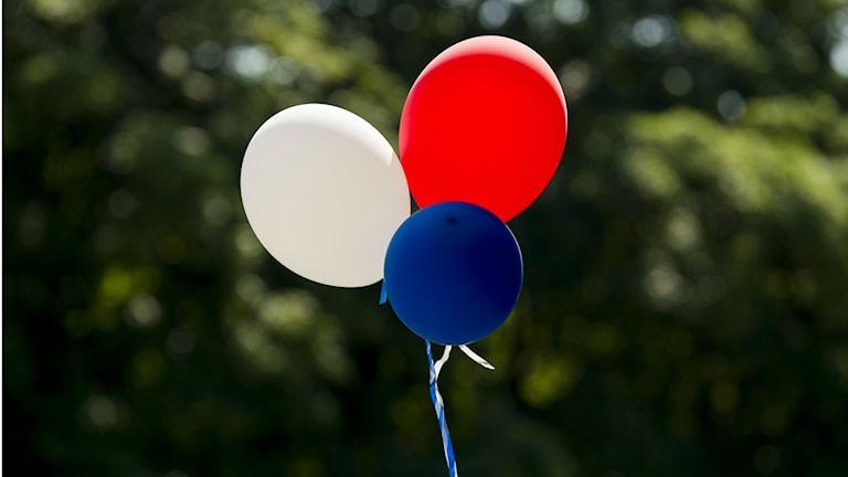 Tre ballonger i ett snöre.