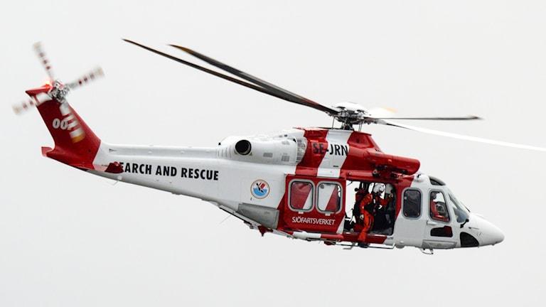 En av sjöfartsverkets räddningshelikoptrar som flyger mot