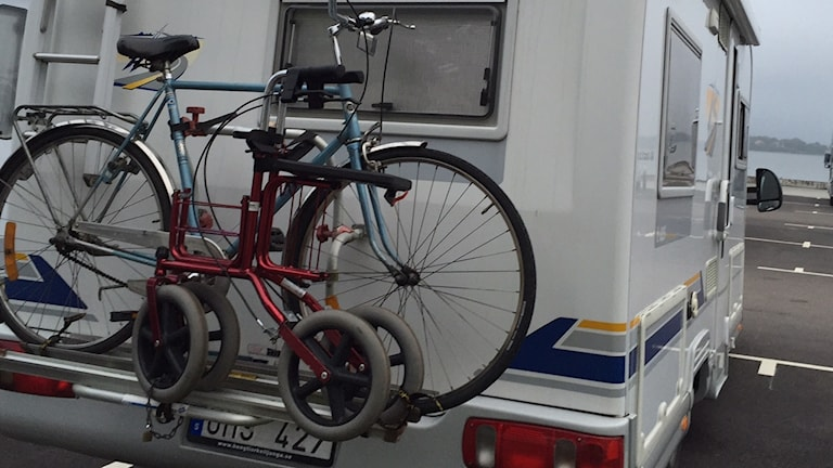 Husbil med cykel och rullator bakpå.