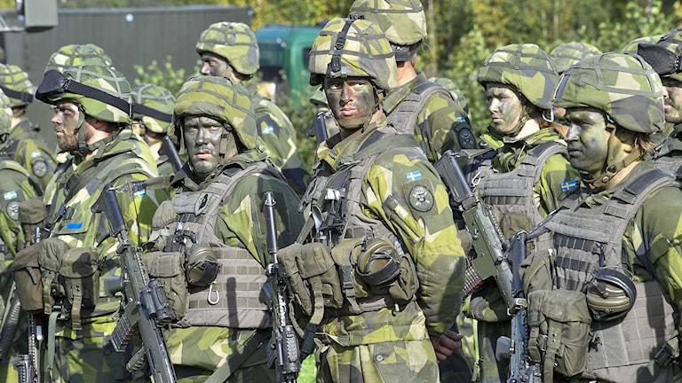 Soldater med kamouflagemålning.