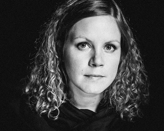 En svartvit bild på Sofie Larsson ibandet Firstnighter.