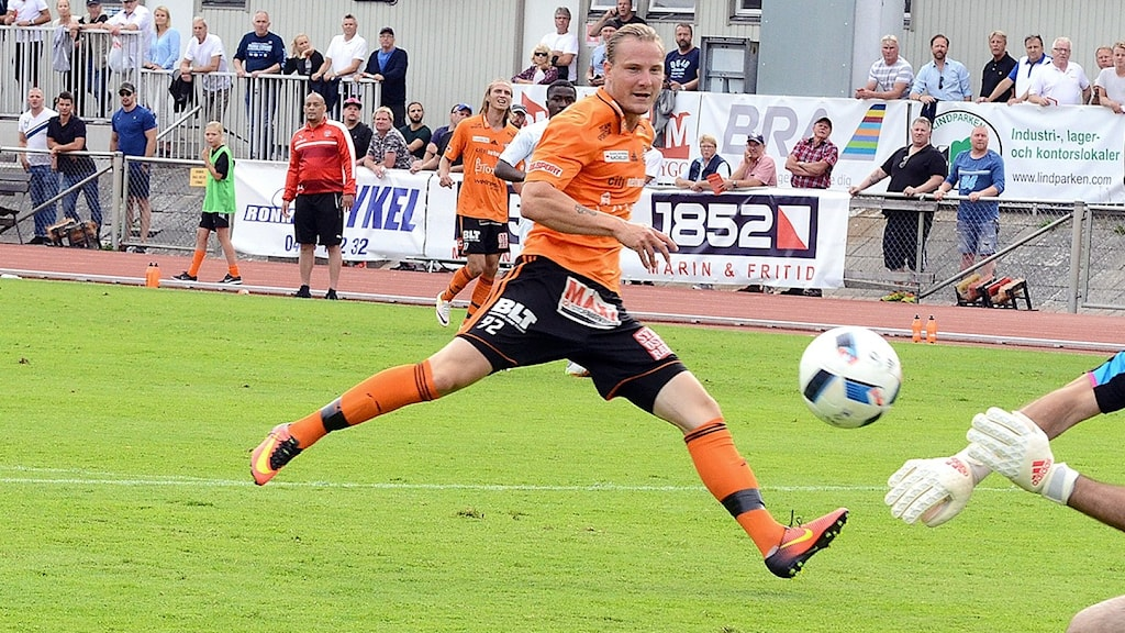 Alexander Petersson FK Karlskrona skjuter mot mål, men Rosengårds målvakt räddar. Foto Torbjörn Sunesson.