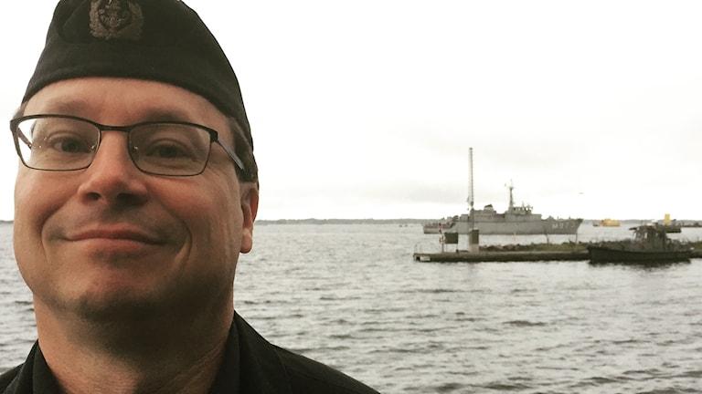 Ett belgiskt fartyg glider in bakom ryggen på informationschef på tredje Sjöstridsflottiljen.
