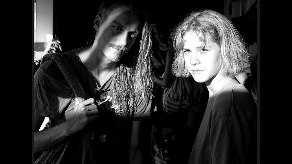 En svartvit bild på syskonduon Robin & Tindra