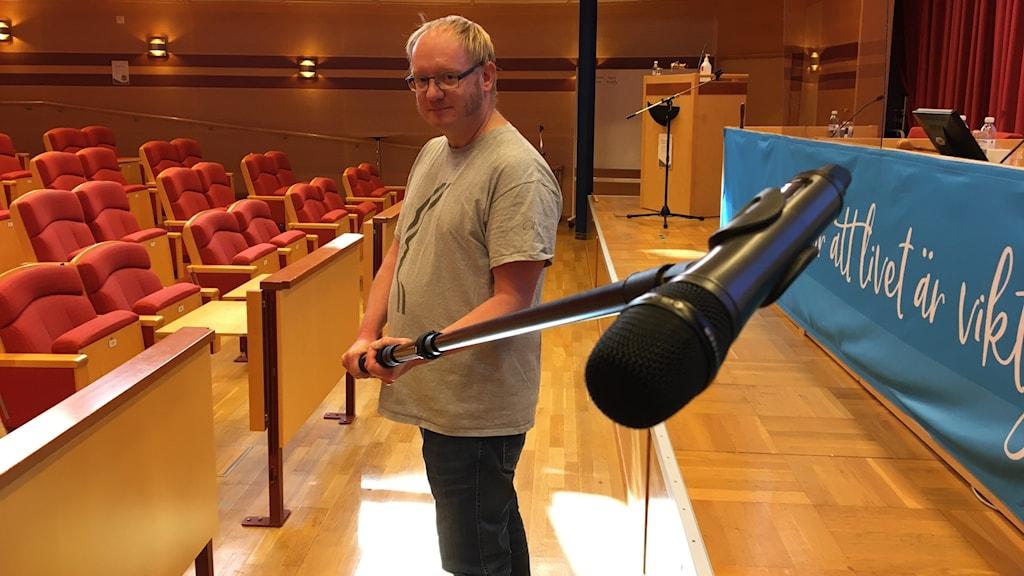 Jens Lindell står och håller i en mikrofonbom.