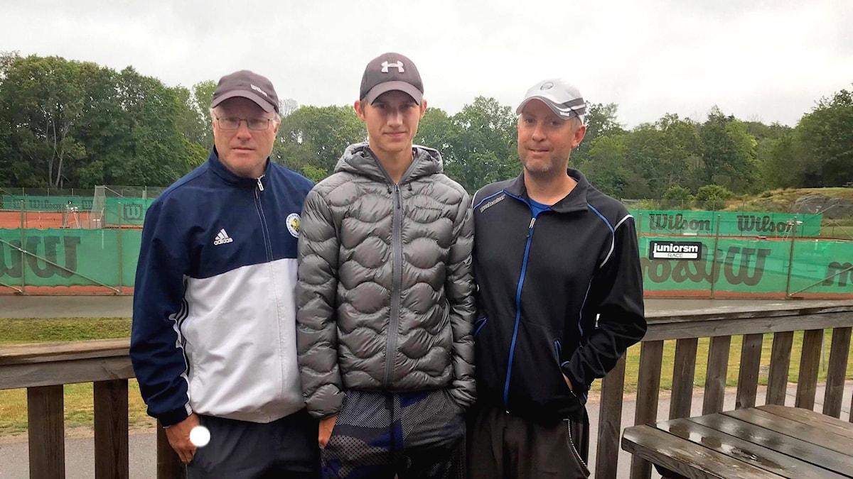Tävlingsledare Daniel Brodén, tävlande Simon Birgersson och tränaren Johan Wilhelmsson.