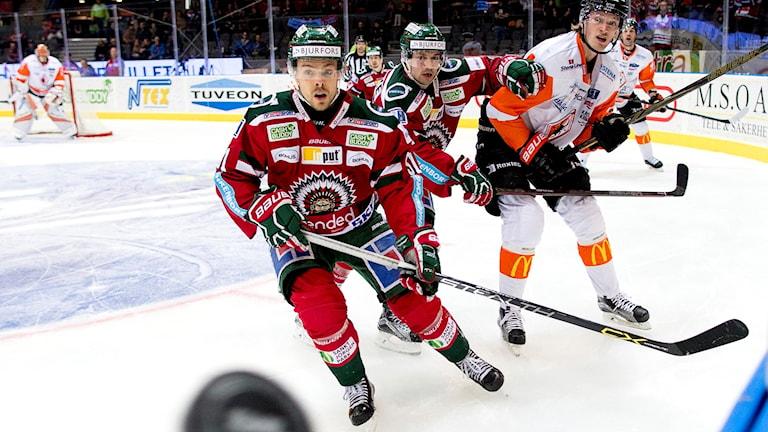 Karlskronas Joseph Jonsson i kamp om pucken när lagen möttes i januari.