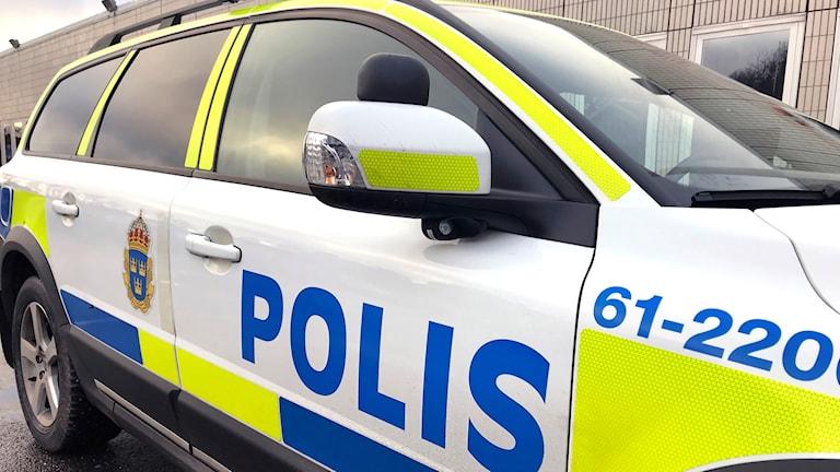 En polisbil sedd snett framifrån.