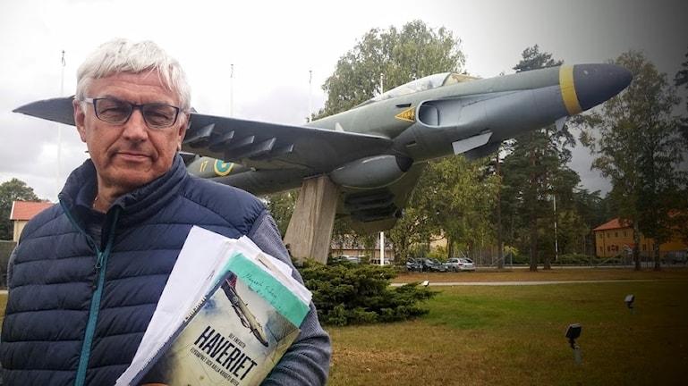 Författaren Ulf Eneroth framför Saab 32 Lansen, utanför F17 i Kallinge.