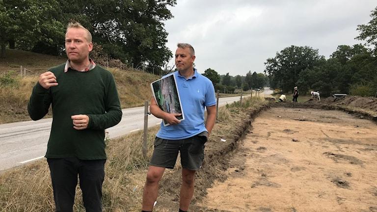 Två män vid en arkeologisk utgrävningsplats