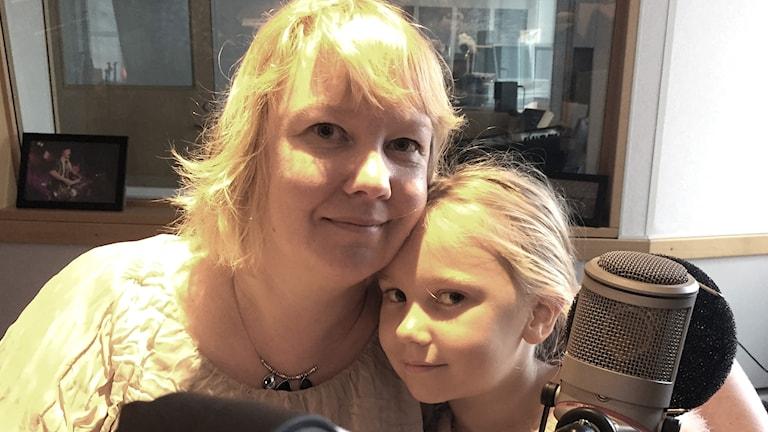 Åsa och Linnea Alm sitter tätt ihop i studion.