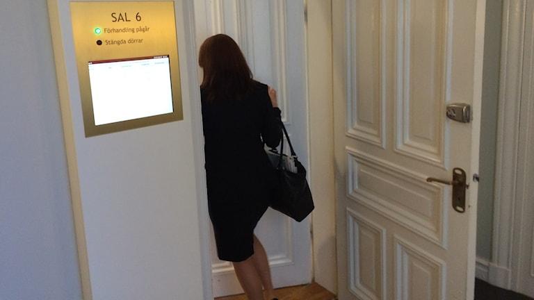 En kvinnlig åklagare som går in i tingsrätten