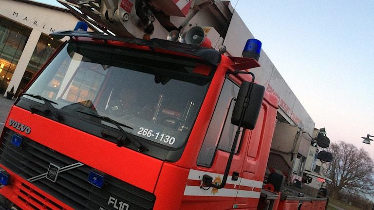 En närbild på en röd brandbil.