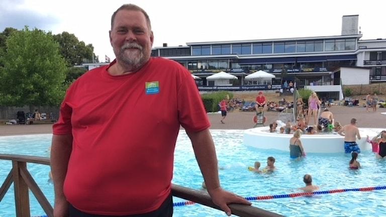 Peter Nilson, anläggningsansvarig vid Ronneby kommun, står vid en av bassängerna på Brunnsbadet.