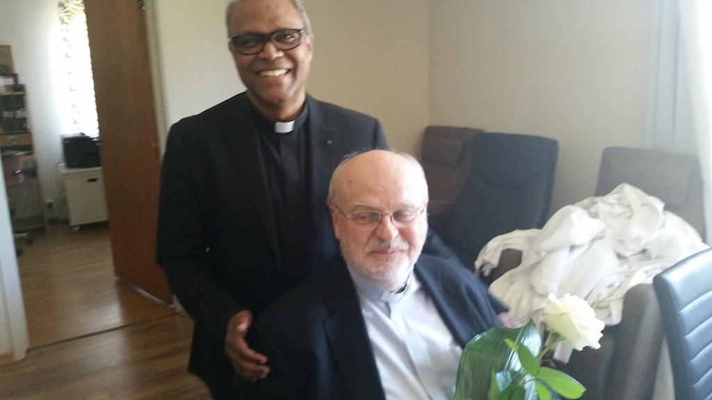 Kyrkoherde Raphael Kurian tillsammans med kardinal Anders Arborelius