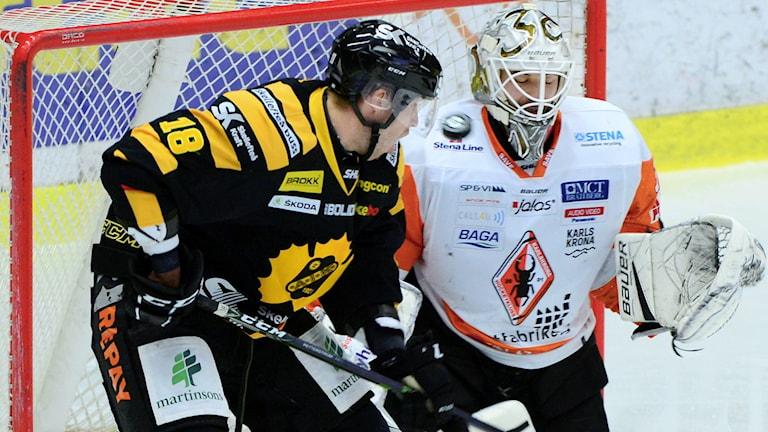 Skellefteås Pontus Petterström stör framför Karlskrona målvakt Johannes Jönsson i SHL-matchen mellan Skellefteå AIK och Karlskrona HK i Skellefteå Kraft Arena, Skellefteå.