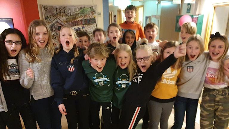 Eleverna i Östra Torpskolan 5A jublar över segern.
