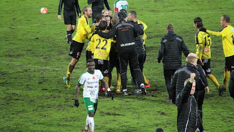 Slutsignalen har just gått och Mjällby är kvar i division ett.
