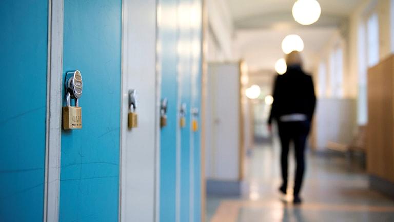 En skolkorridor med skåp.