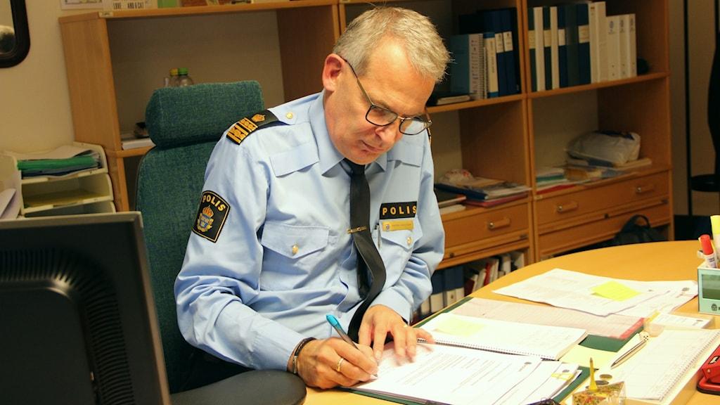 Anders Knutsson vid sitt skrivbord.