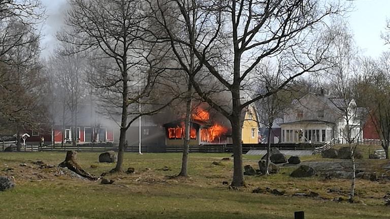 Det brinner i en villa i Bredagöl norr om Jämjö.