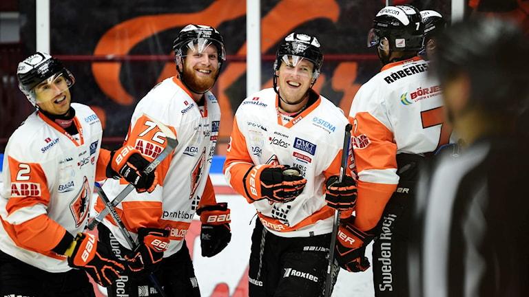 Marcus Paulsson (tredje från vänster) jublar efter det att han gör 1-2.