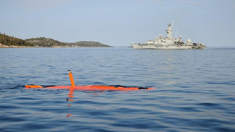 Obemannad ubåt vid vattenytan.