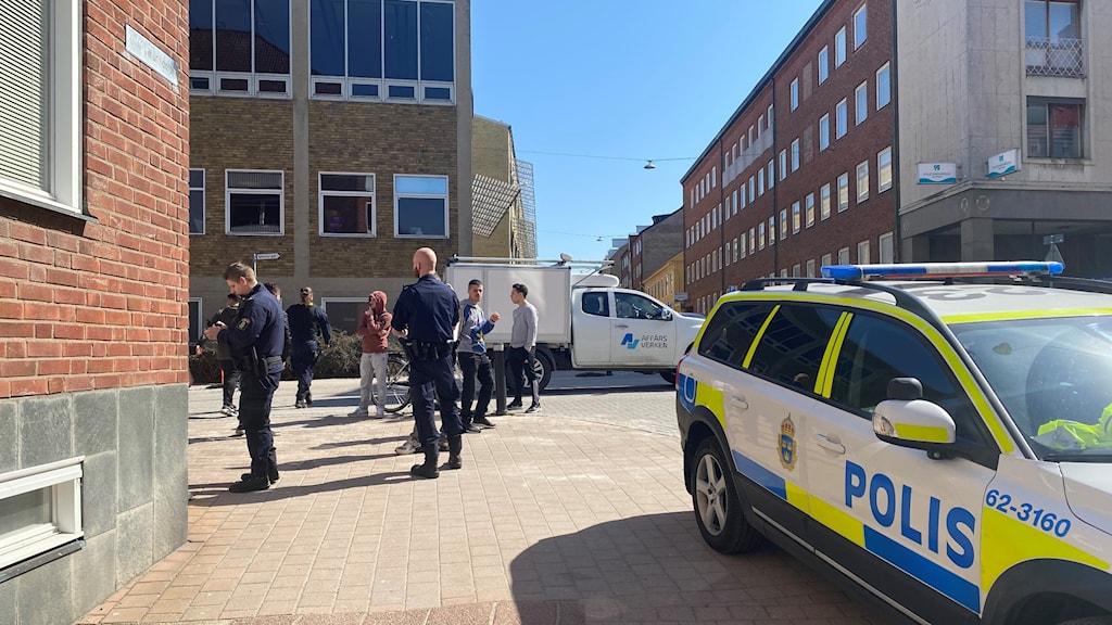 Polisbil och poliser vid Ehrensvärdska gymnasiet i Karlskrona.