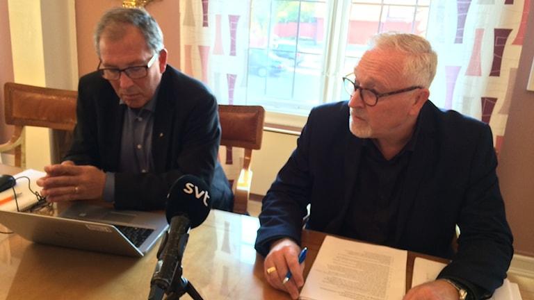 Carl-Martin Lanér och Patrik Hansson sitter vid ett bord.
