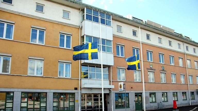 Två flaggor på halv stång utanför polishuset i Karlskrona.