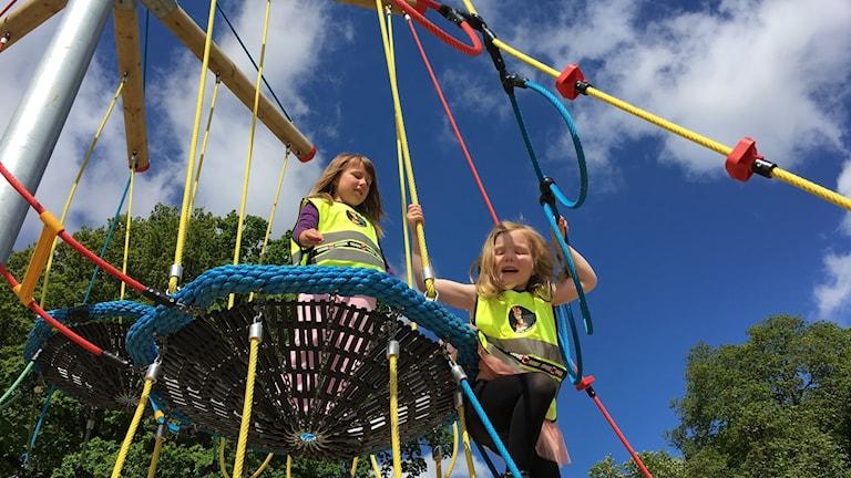 Förskolebarnen leker på Ronnebys nya lekplats. Foto: Lena König/ Sveriges Radio