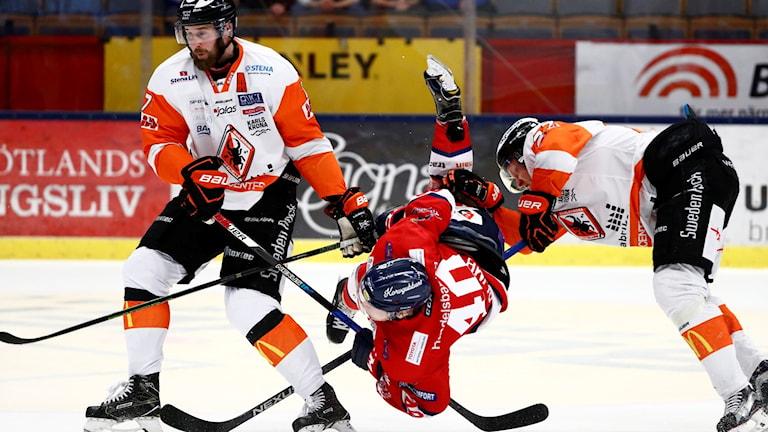En Linköpingspelare får sig en flygtur av Karlskronaspelare i ett tidigare möte.