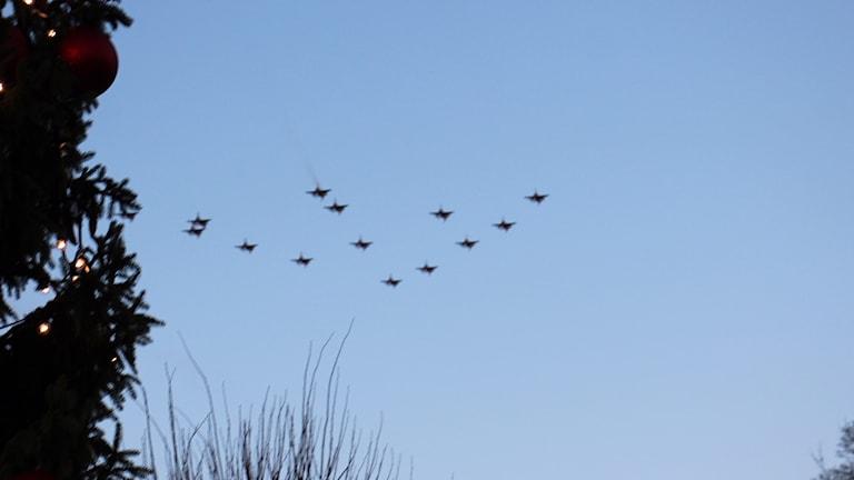 Fjorton flygplan i formation av en julgran över Ronneby.