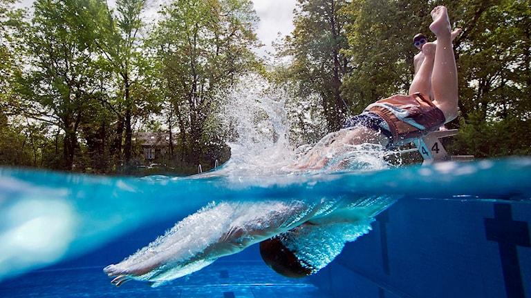 Pojke dyker i pool