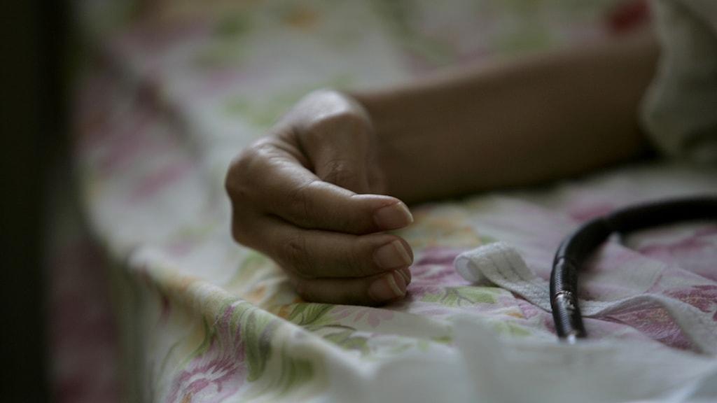 Sjuksköterska Ing-Britt Camerfeldt på hembesök i hos en cancerpatient i Alby.