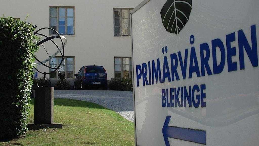 En skylt med texten Primärvården Blekinge utanför vårdcentralen Brunnsgården i Karlshamn.