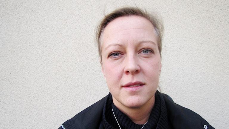 Anni-Frid Johannesson framför en vit vägg